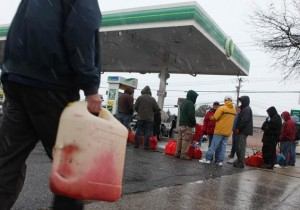 rij_voor_benzinestation_in_de _regen